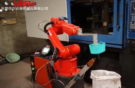 尔必地注塑机器人上下料客户现场作业视频